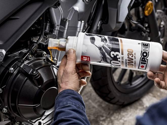 10.3 Huile moteur Ipone pour motos 4 temps en utilisation