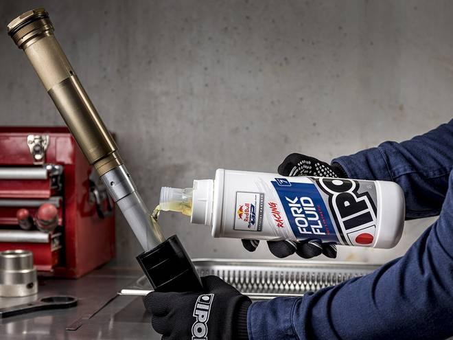 Entretien fourche moto avec huile de fourche FORK FUILD 7 IPONE