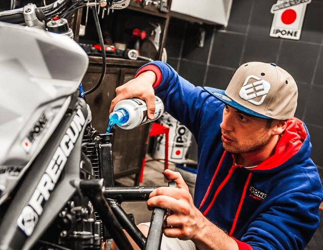 RADIATOR LIQUID liquide de refroidissement moto ipone en utilisation