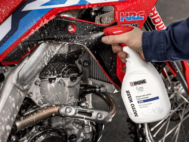 Nettoyage d'une moto cross avec le produit MOTO WASH IPONE
