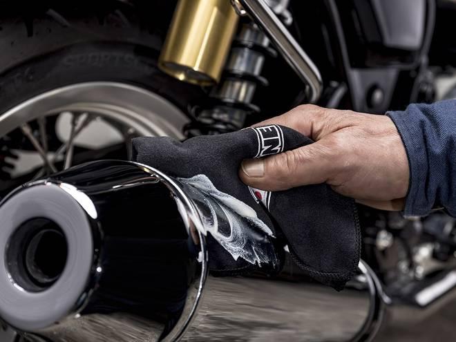 IPONE Chrom'alu crème rénovante pour métaux appliquée sur un pot d'échappement de moto