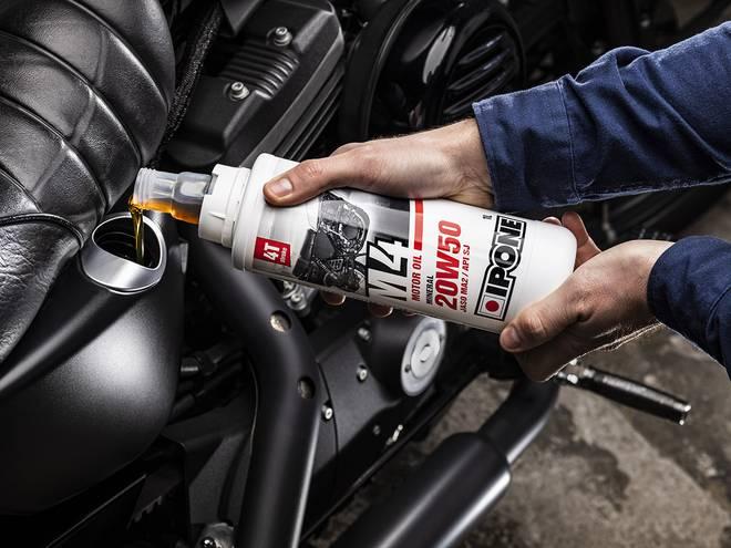 IPONE M4 huile moteur pour motos 4 temps versée dans un moteur