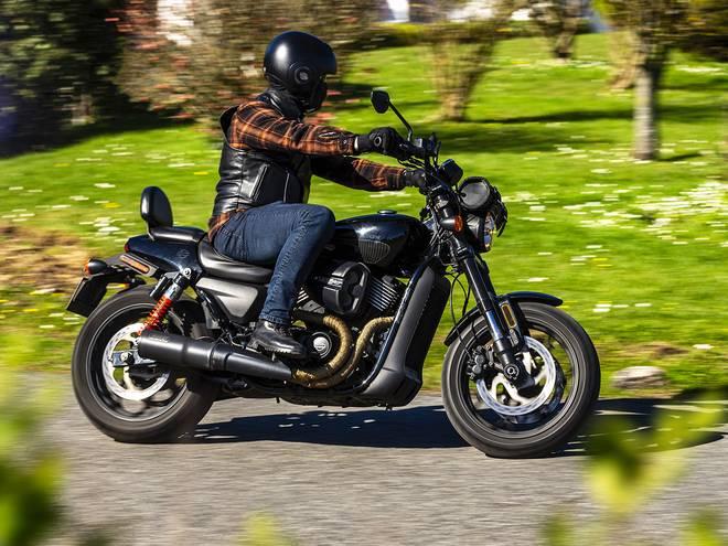 Moto ancienne 4 temps sur route