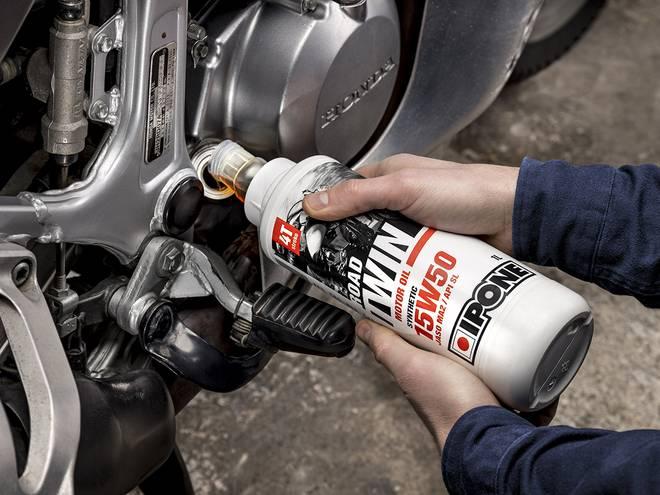 IPONE ROAD TWIN huile moteur pour motos 4 temps versée dans un moteur
