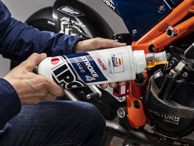 Bidon 1L huile moteur STROKE 4 RACING IPONE versée dans un moteur de moto