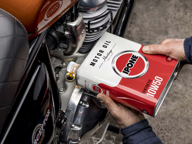Bidon héritage 1àW50 huile moteur moto ipone en utilisation