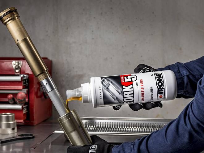 Entretien fourche moto avec huile de fourche FORK 5 IPONE