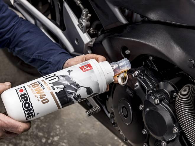 10.4 Huile moteur Ipone pour motos 4 temps en utilisation