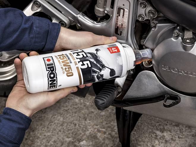 15.5 huile moteur Ipone pour motos 4 temps en utilisation