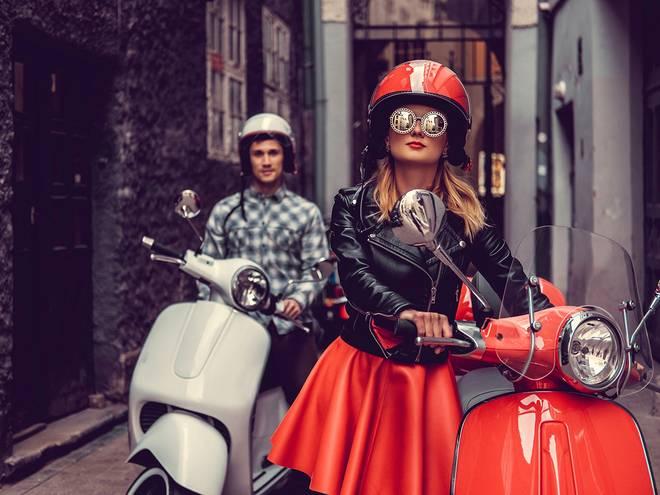 Deux personnes avec scooters de ville