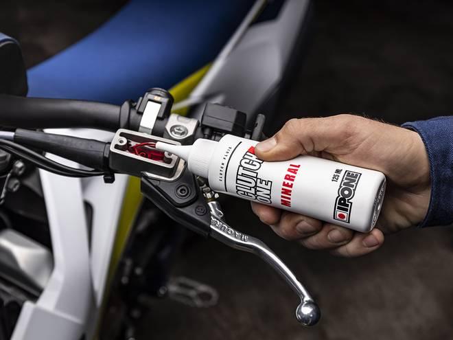 IPONE CLUTCH ONE huile minérale pour commandes d'embrayages hydrauliques moto en utilisation