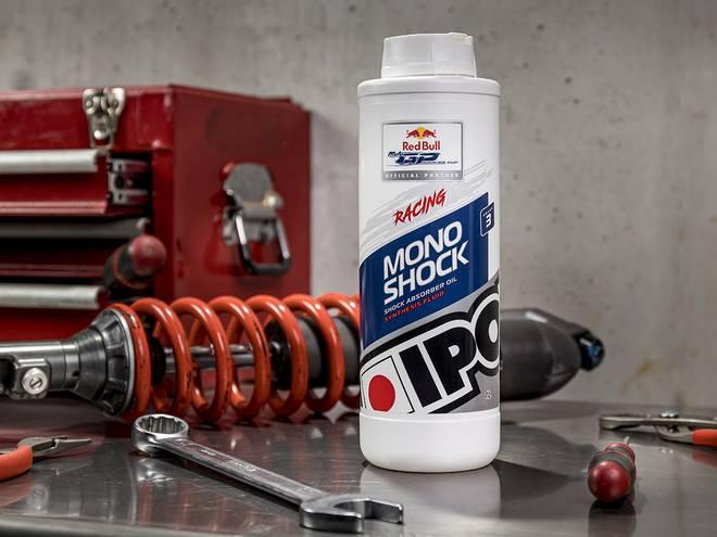 Monoshock fluid huile d'amortisseur IPONE posé dans un atelier de mécanique