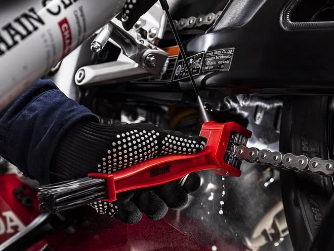Nettoyage d'une chaîne de moto avec la brosse de chaîne IPONE