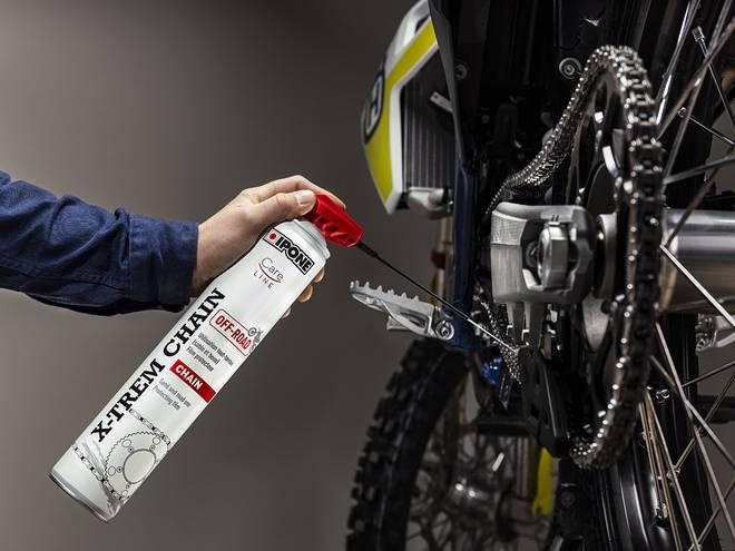 Application de la graisse de chaîne IPONE X-TREM CHAIN OFF-ROAD sur une chaîne de moto
