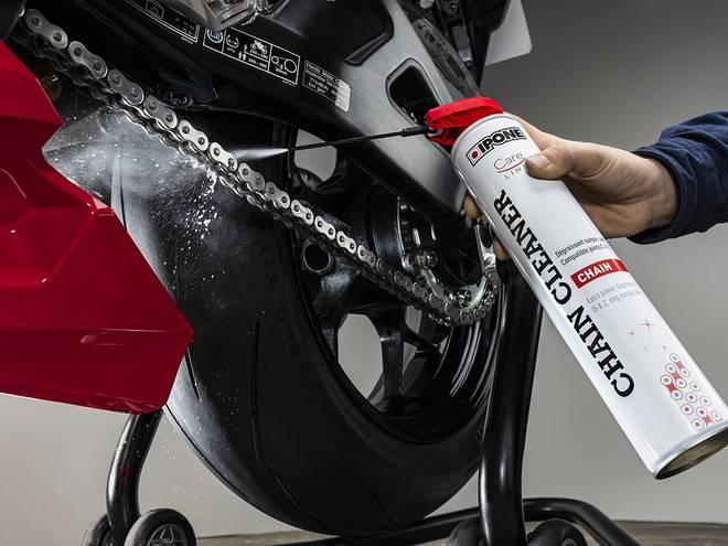 Nettoyage d'une chaîne de moto avec le CHAIN CLEANER IPONE