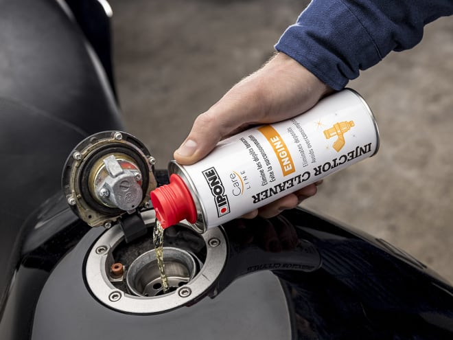 Injector cleaner nettoyant injecteurs moto ipone en utilisation
