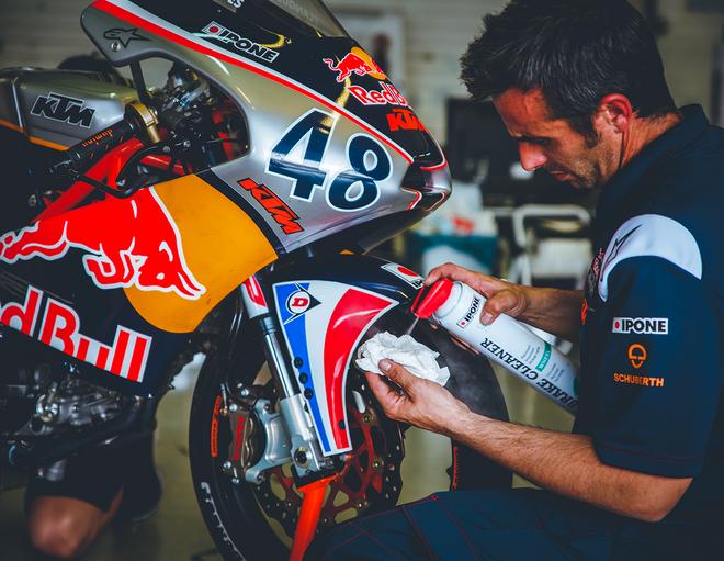 Brake cleaner dégraissant freins en utilisation au Red Bull MotoGP Rookies Cup