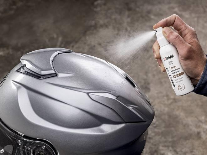 Nettoyage de l'extérieur d'un casque de moto avec helmet'out produit IPONE