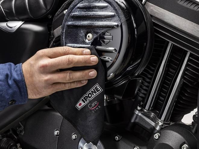 Nettoyage d'une moto avec lingette microfibre IPONE