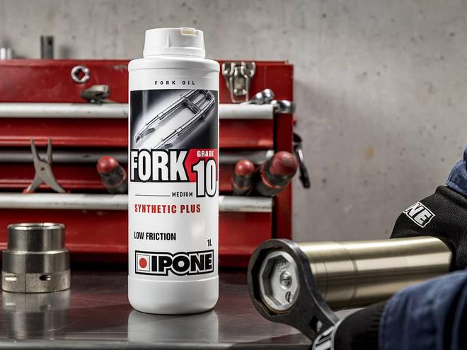 Entretien de la fourche d'une moto dans un atelier avec huile de fourche FORK 10 IPONE
