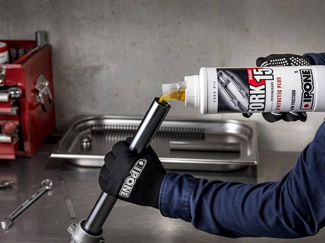 Entretien fourche moto avec huile de fourche FORK 15 IPONE