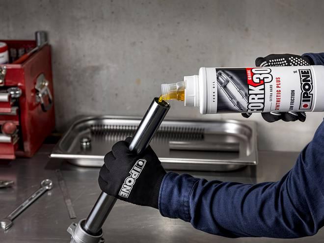 Entretien fourche moto avec huile de fourche FORK 30 IPONE