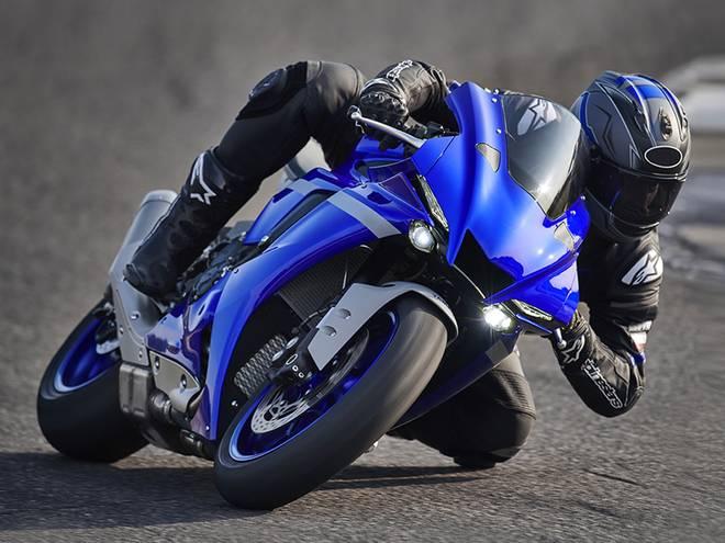 Moto sportive sur route