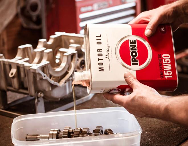 Bidon héritage 15W50 huile moteur moto ipone en utilisation