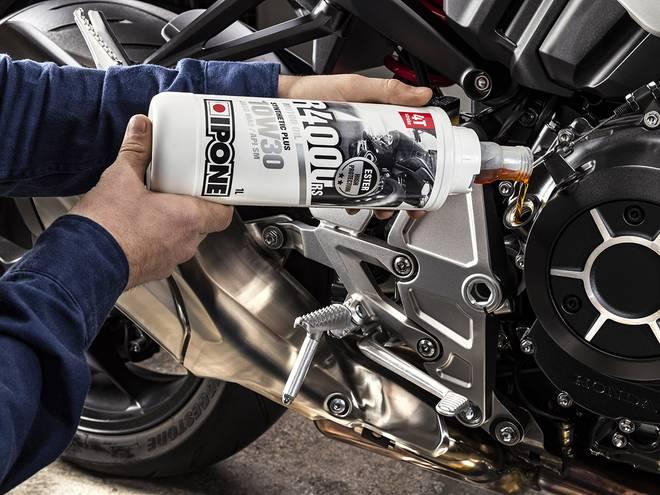 IPONE R4000 RS huile moteur pour motos 4 temps versé dans un moteur