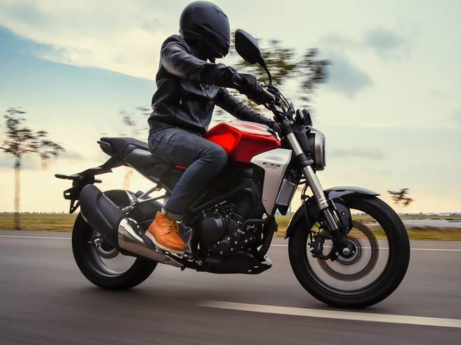 Moto routière 4 temps sur route