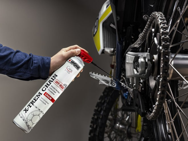 Application de la graisse de chaine IPONE X-TREM CHAIN OFF-ROAD sur une motocross