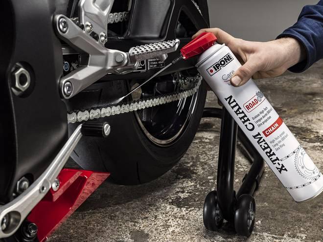 Application de la graisse de chaine IPONE X-TREM CHAIN ROAD sur une chaine de moto