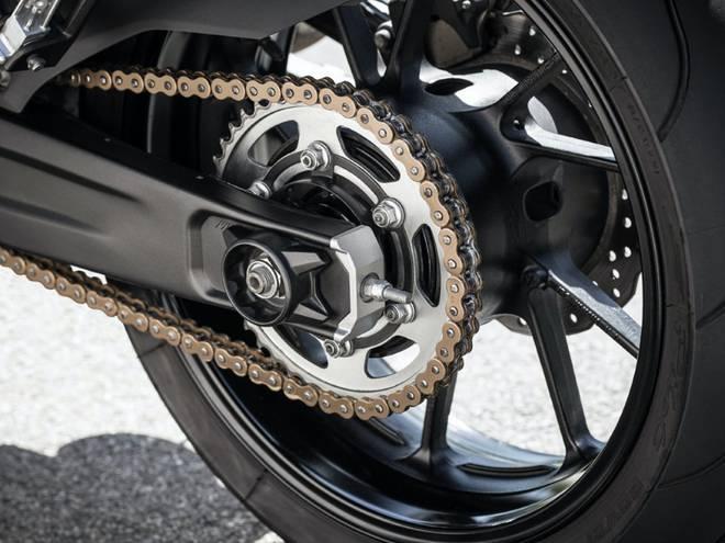 chaîne de moto graissée