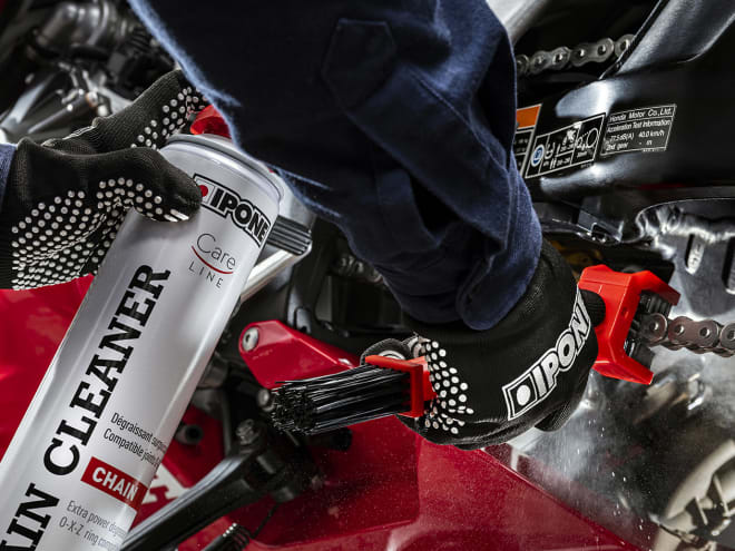 Nettoyage de chaine moto avec gants pour entretien IPONE
