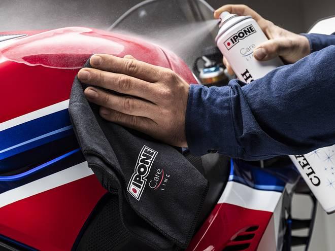 Nettoyage d'une moto avec la lingette microfibre IPONE
