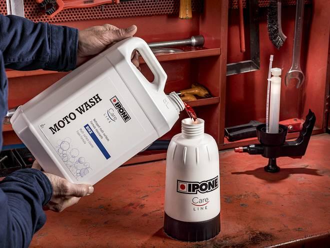 Nettoyant moto IPONE versé dans le pulvérisateur pressurisé pour entretien IPONE