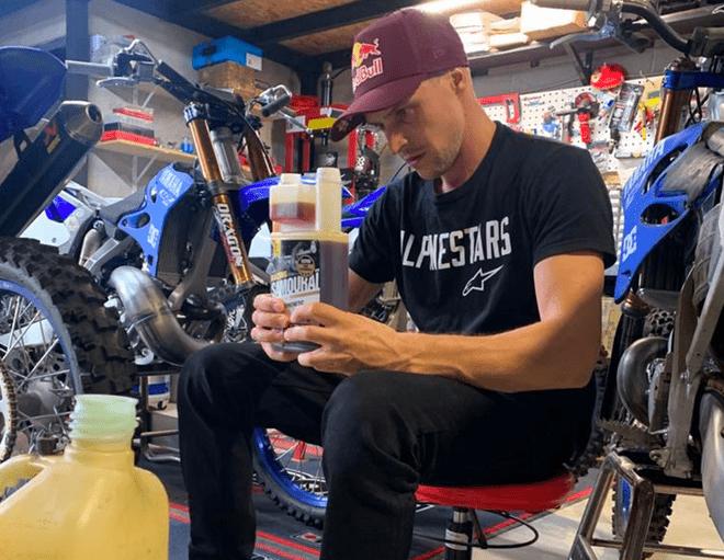 Tom Pagès utilisant un bidon doseur de SAMOURAI RACING